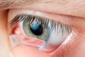 Как правильно снимать контактные линзы?