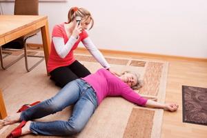 Как помочь больному человеку: способы оказания первой помощи