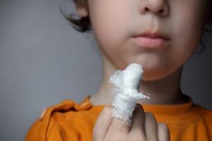 Панариций пальца на руке у ребенка и лечение воспаления